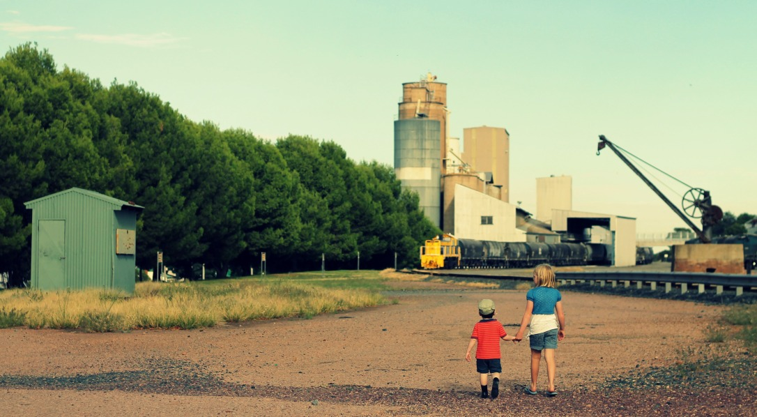 28-2-15_milly_max_holding hands at train tracks_narrandera